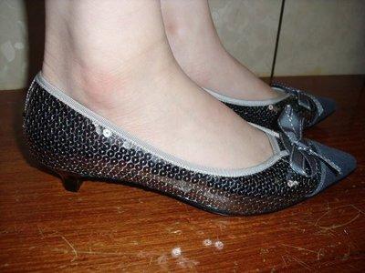 ☆甜甜妞妞小舖☆全新專櫃品牌  MERRY  前尖袋牛仔蝴蝶結亮片氣墊鞋中跟尖頭鞋---6.5號