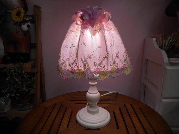 ~~凡爾賽生活精品~~全新白色木製艾菲兒粉色蕾絲刺繡造型桌燈.檯燈~燈光可以微調