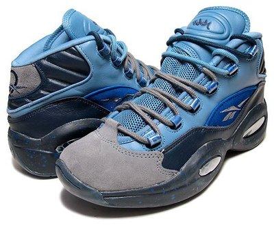 =CodE= REEBOK QUESTION MID X STASH 麂皮皮革潑墨籃球鞋(藍灰) V61041 男 預購