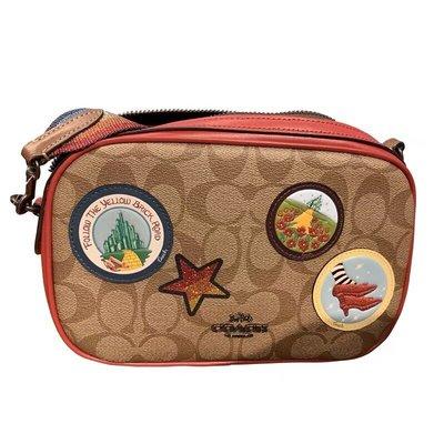 完美精品代購 COACH 31349 28344 新款迪士尼米老鼠徽章刺繡斜挎包 雙層相機包 彩虹亮粉背帶 附代購憑證