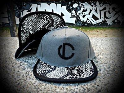 Cover Taiwan 官方直營 灰黑 LOGO Snapback 後扣式 蛇紋包邊 棒球帽 Champion 可參考