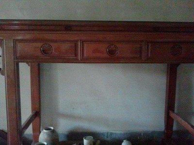 《非凡陶藝》神桌(上桌) 花梨木材質 三抽屜 及中有拉出式供禮板。 二手品,外觀好看似新  簡約風。
