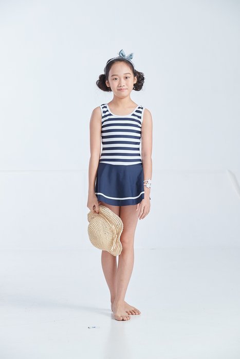 【  APPLE   】蘋果牌泳裝降價↘特賣~女童藍白橫條連身裙泳衣   附泳帽     NO.108604