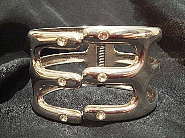 國外帶回,銀色鑲鑽形珠珠手環,很醒目好看喔!低價起標無底價!本商品免運費!