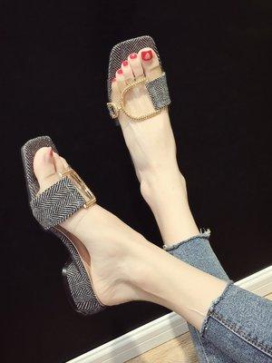 小尤家~拖鞋女可愛ins夏新款外穿時尚透明一字拖中跟粗跟搭扣拖鞋潮