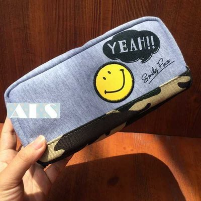 【 不用等】牛仔迷彩底 微笑笑臉款超大容量! 化妝包 萬用包 收納包 手拿包 筆袋 鉛筆盒 小物包