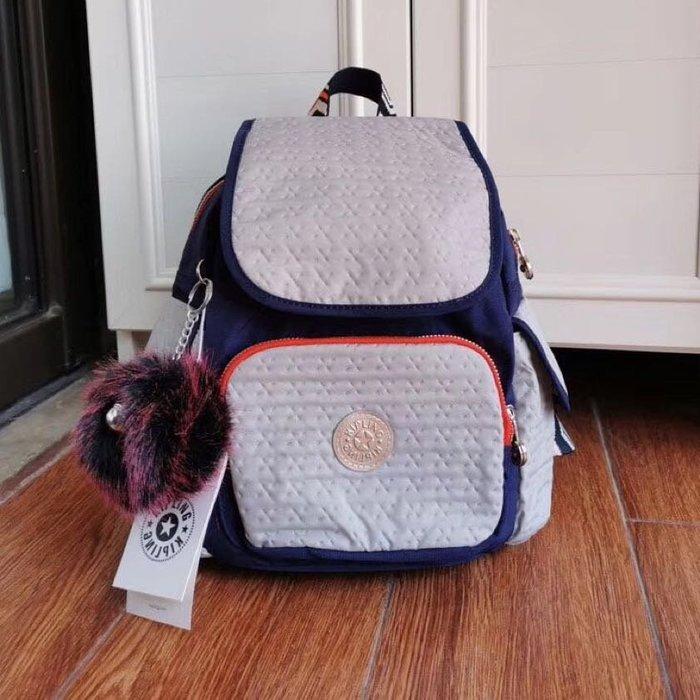 Kipling 猴子包 K12812 多彩箭頭 灰色拼深藍金色質感 多用輕量雙肩後背包 中號 防水 圖騰背帶 限時優惠