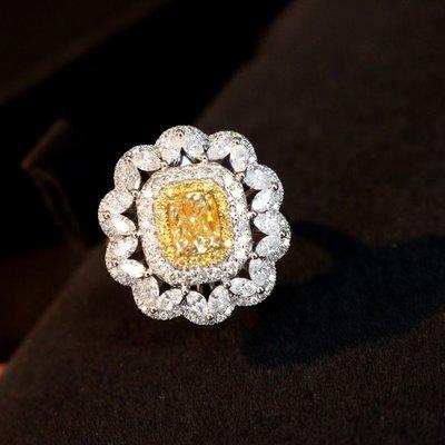 吊墜/戒指二用豪鑲款。主石過1克拉的天然黃彩鑽,FY、VS。配鑽1.3克拉,FG、SI。 18K金真鑽戒,附AGL大證。