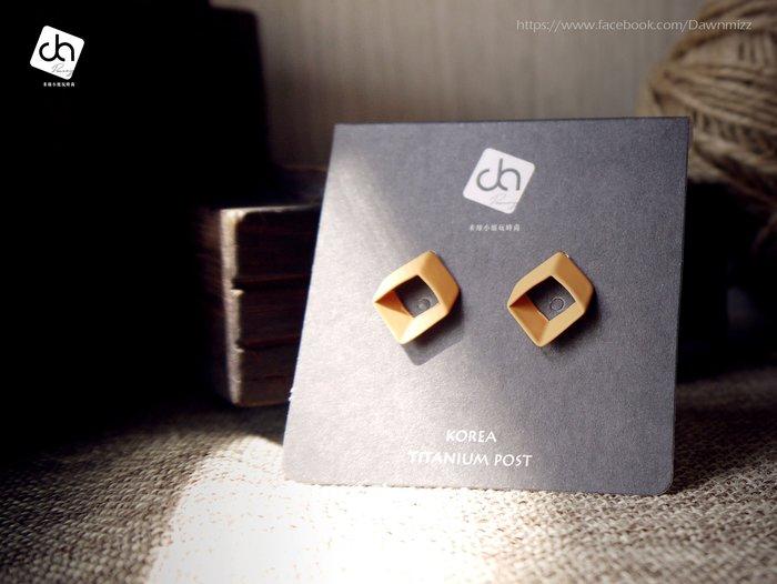 米絲小姐玩時尚 簡約菱形線烤漆耳環 (韓國製造飾品烤霧面黑漆霧面深酒紅漆耳針耳釘立體簡單造型大耳環)