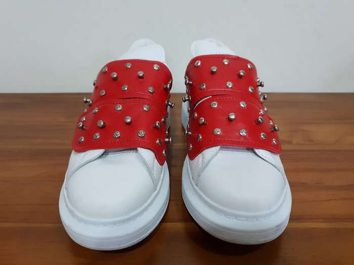 Alexander McQUEEN  白色紅拼接鉚釘休閒鞋    原價  46600     優惠  12500