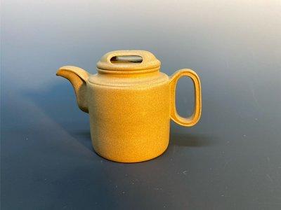 中國宜興紫砂段泥牛蓋壺