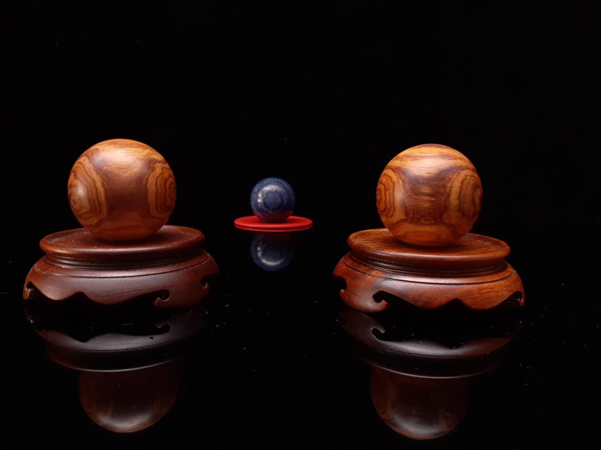 海南黃花梨雙壺承底座及健力球擺件,對眼雙鬼臉健力球(直徑約5.5公分),健力球花紋漂亮,稀有物件,右邊是國王,王冠較大,左邊是皇后,后冠較小,非常搭對。