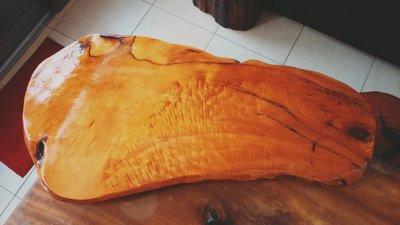 喜歡請出價~王林典藏館(編號5801)台灣珍貴國寶肖楠樹頭閃光花桌板,品相美,可當泡茶桌,另有紅檜心經、櫸木鷹魚,花梨茶盤,翡翠玉墜,黃檜聚寶瓶,香杉,彩陶石