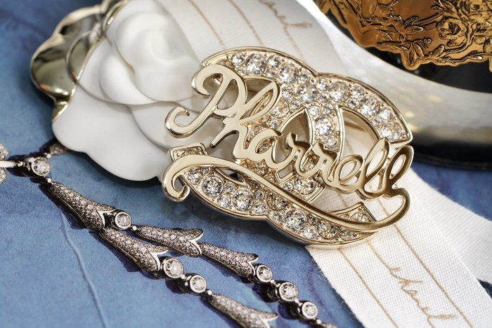 Chanel x Pharrell Williams 聯名系列 AB1376 Brooch 徽章水晶別針 現貨