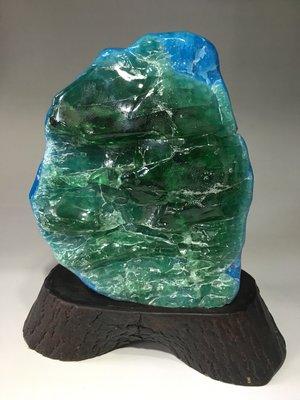 *藏雅軒*印尼海藍寶綠曜岩火山琉璃-樟木底座-5608g