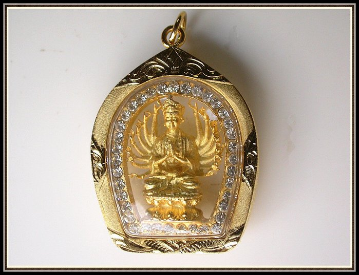 【雅之賞|藏傳|佛教文物】*特賣* 泰國佛牌真品 鑲鑽 千手觀音~030249