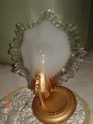 收藏一隻早期的貝殼式的玻璃燈罩-優雅漂亮