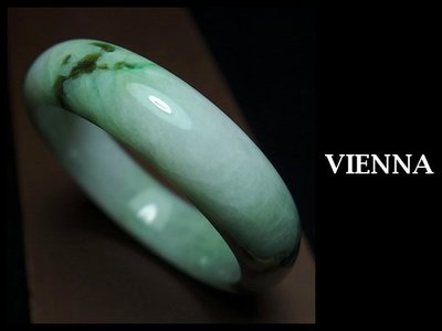 《A貨翡翠》【VIENNA】《手圍19.6/17mm版寬》緬甸玉/冰種貴氣嫩豆飄翠青/玉鐲/手鐲H+045