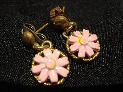全新從未用過的 粉紅色與舊金色花型穿式耳環,只有一件,無底價!免運費!