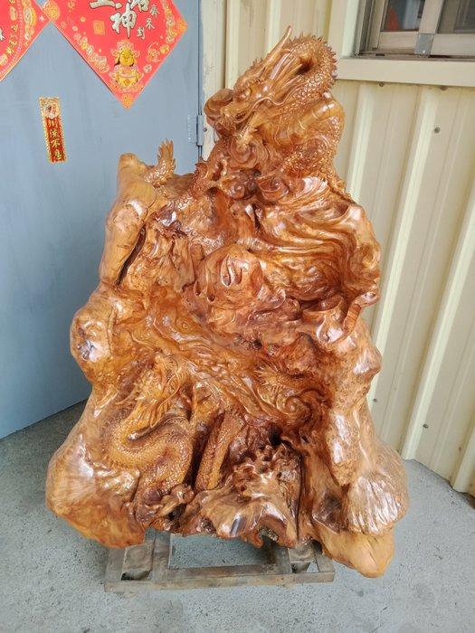 雙龍搶珠 福杉花榴木雕刻 作者: 康金山