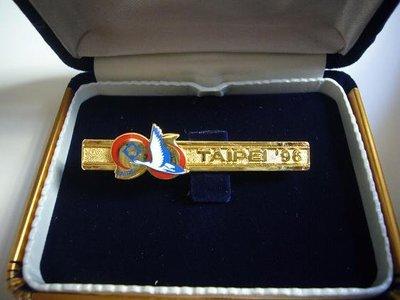 【KK郵票】《郵展紀念領帶夾》台北1996亞展展徽鍍金紀念領帶夾。