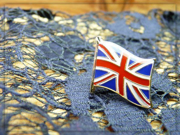 英國、荷蘭、中華民國。國旗徽章各3個。共9枚