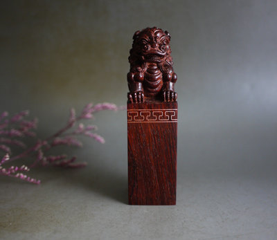 印度小葉紫檀  -  獅印  大支 - 精雕 手工款  高油密老料  收藏品** T810