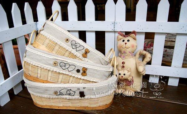橢圓籐籃--秘密花園--日本鄉村風ZAKKA素棉麻襯布可愛刺繡鈕扣裝飾橢圓籐籃-大尺寸賣場