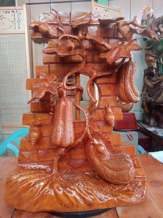 牆壁上的絲瓜與蝸牛 香榧木雕刻 作者:柯金坤