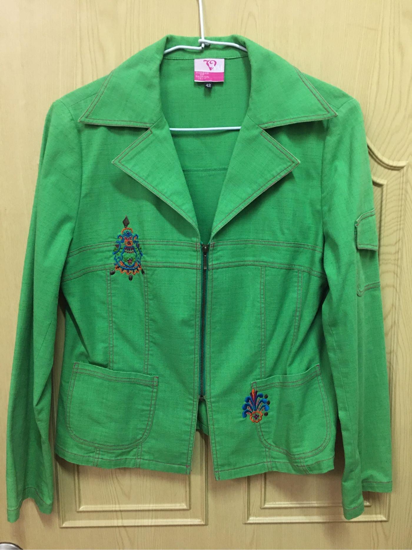 繡花綠色修身薄夾克~冷氣房變換造型好穿搭~