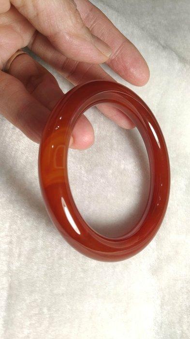 天然紅玉髓手環~古典圓骨型約17.5~17.7圍. 版寬0.45cm