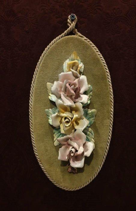 【卡卡頌  歐洲古董】1950s 法國老件 全手工 淡雅 流暢 美麗 手工 玫瑰  瓷花  掛飾 p1751 ✬
