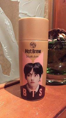 【阿波的窩 Apos house】HY x BTS 防彈少年團 聯名 限定版 熱釀香草拿鐵咖啡 金泰亨 V 版