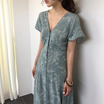 休閒洋裝 韓系性感深V單排釦收腰綁帶碎花連身裙 艾爾莎【TAE8306】