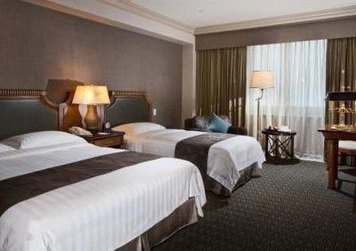 高雄。漢來大飯店 港景 精緻家庭3 人房住宿ㄧ晚 , 平假日免加價 , 含早餐一客 + 三人三溫暖 !