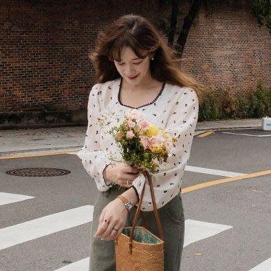bibi 正韓  刺繡小花蕾絲方領透膚雪紡襯衫【 W3137 】