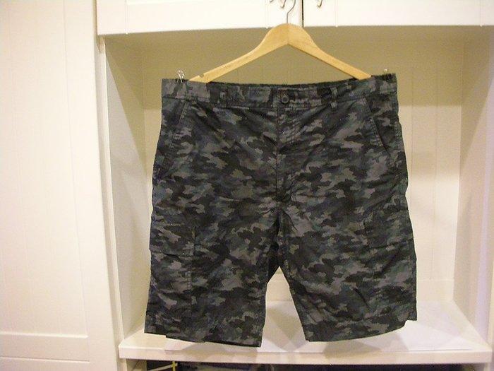全新未穿吊牌已拆剪 NET Regular Fit 左右兩側蓋袋口袋造型休閒短褲 男灰黑迷彩款100 %棉越南製 38