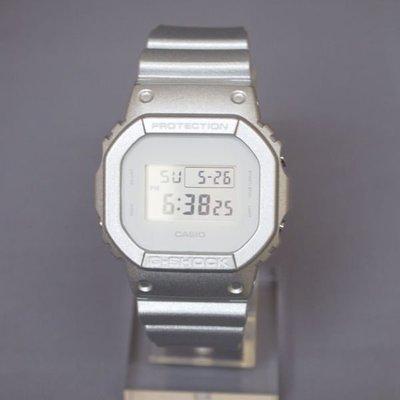 LIN老闆 6 ~ CASIO G-SHOCK DW-5600SG-7DR 帥氣 小正方 銀 x 鐵灰白 DW-5600