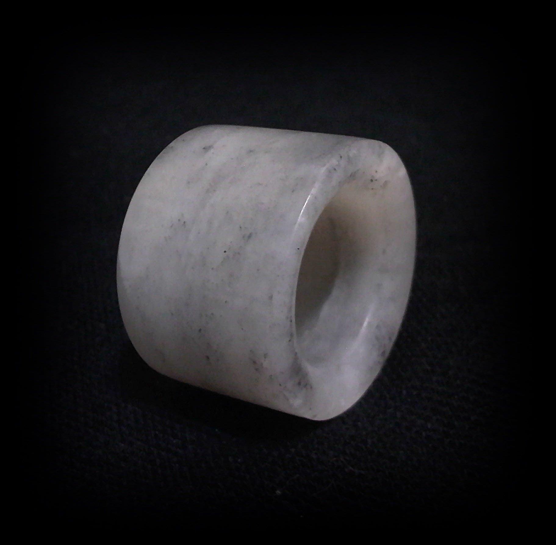 【牟根古董-170111】 A貨 正宗和闐 墨白玉 搬指