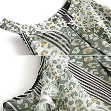 【木風小舖】渡假風.荷葉露肩 不規則裙擺 配色花紋長洋裝*墨綠