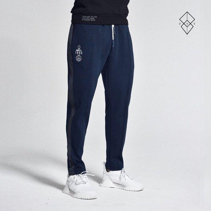 【OTOKO Men's Boutique】固制:拼條撞色直筒運動長褲/深藍色(台灣獨家代理)