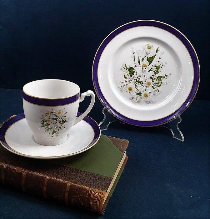 【卡卡頌 歐洲古董】瑞典老件未用  卡爾十六世  美麗  鳶尾花  杯碟  三件組     p1767 ✬