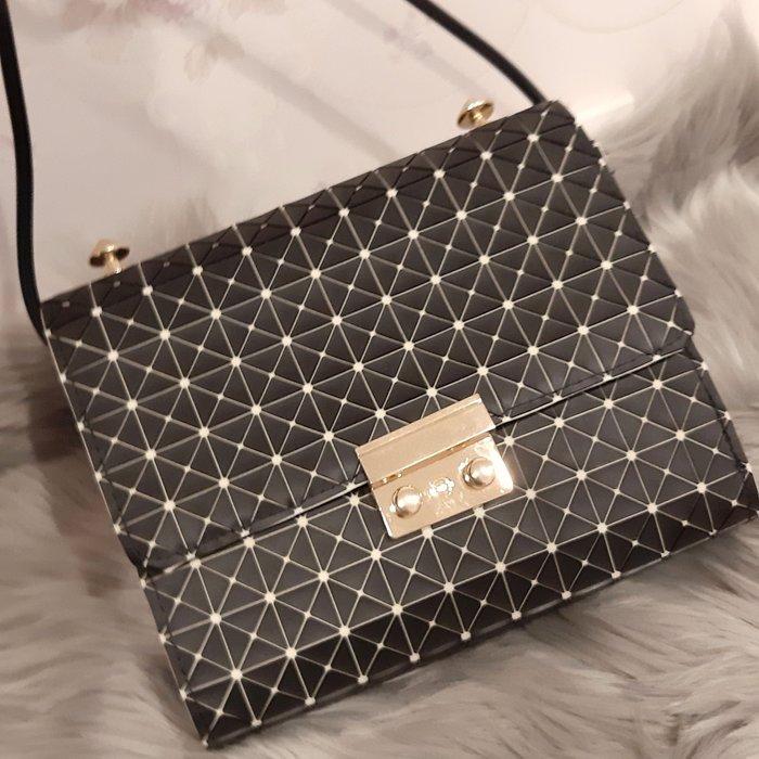 (5折出清)歐美風格時尚幾何紋 三角形格菱紋小方包 肩背包 斜背包  黑色時尚款