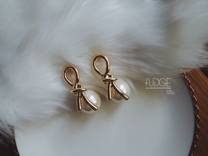 FUDGE法橘 / 正韓 RIBBON金屬緞帶打結珍珠垂墜耳環/LE181245