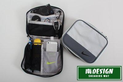 南◇現貨 NIKE SWOOSH 勾勾 內可掛鑰匙 盥洗包 黑銀色 灰色 健身運動 旅行包 文具包 雜物小包