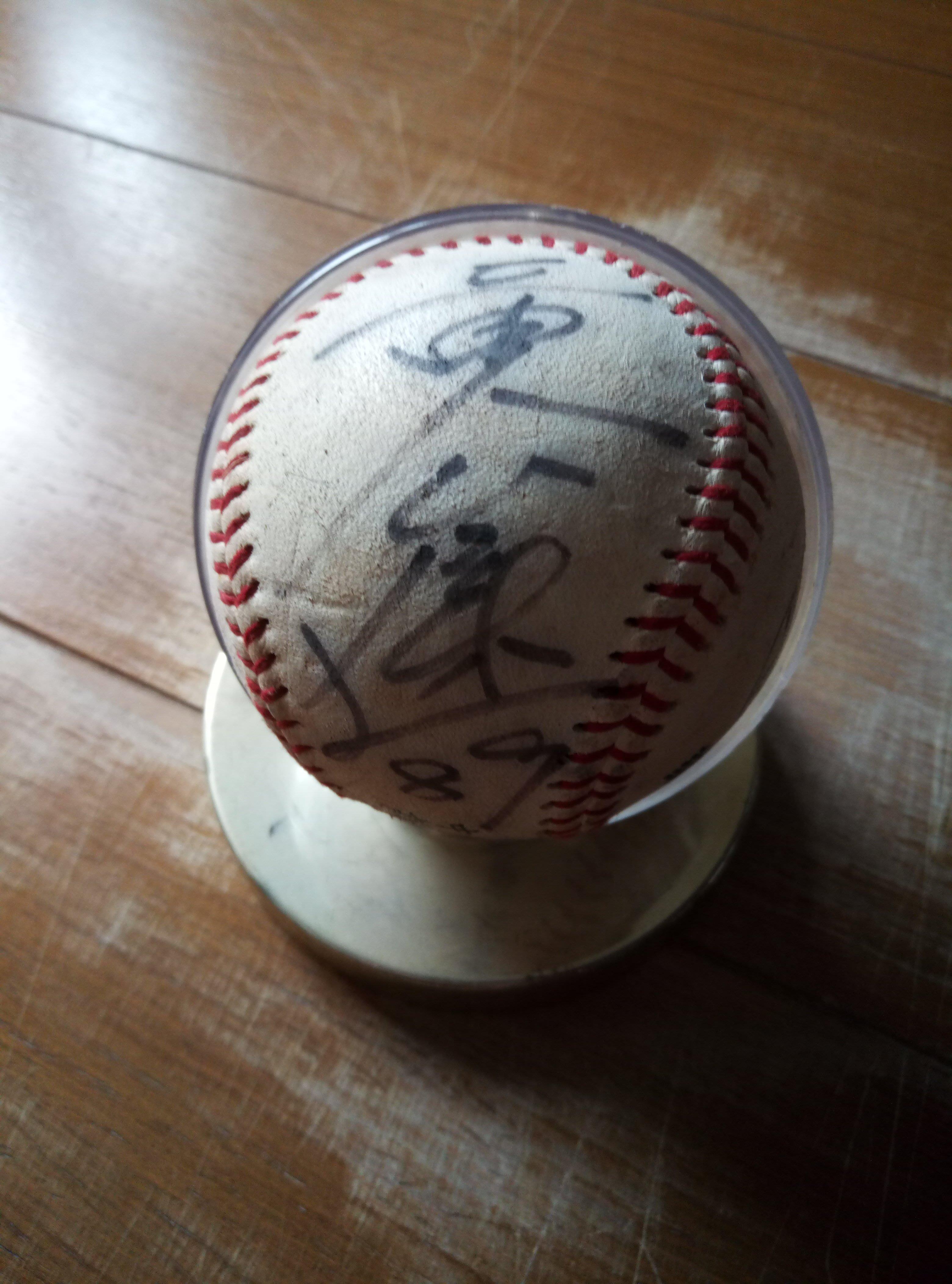 中華職棒時報鷹黃俊傑親筆簽名球-簽於華櫻中華棒協專用球含收藏球座