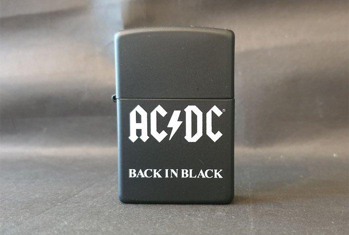 ONE*$1~*美系*ZIPPO*AC/DC《 澳洲重金屬*樂團》霧黑*白色烤漆*編號:49015