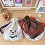 【現貨 】小狗 貴賓狗 比熊 刺繡 束口袋 大容量 化妝包 收納包 收納袋 萬用包 棕色  米白