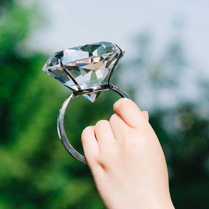 5Cgo【樂趣購】571184886996水晶大鑽戒80mm玻璃鑽石戒指求婚紀念品婚慶拍照布景道具情人節禮物結婚照道具
