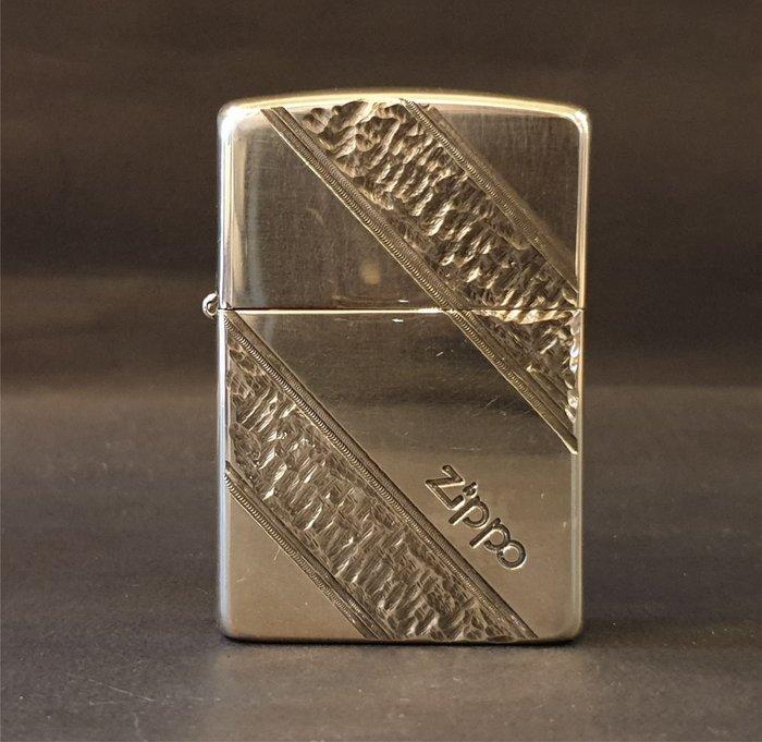 ONE*$1~日系*ZIPPO*1990《幾何斜邊*珍藏版》兩面加工*蝕刻/鍍銀深切
